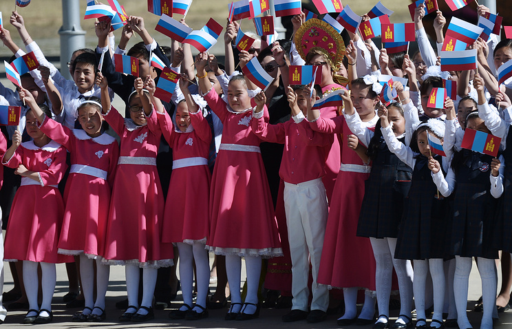 Children holding flags of Russia and Mongolia