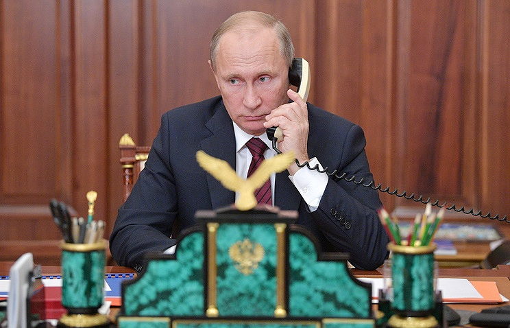 Image result for PHOTO ON PRESIDENT TRUMP CALLING ON PHONE PUTIN