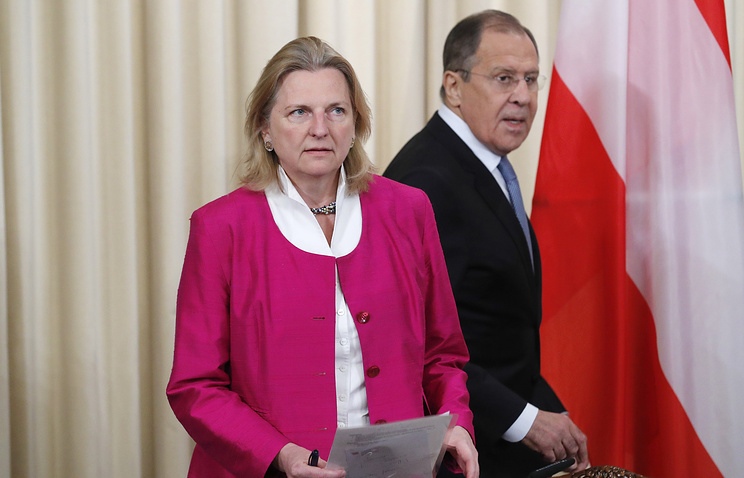 Austria's Foreign Minister Karin Kneissl and Russian Foreign Minister Sergey Lavrov