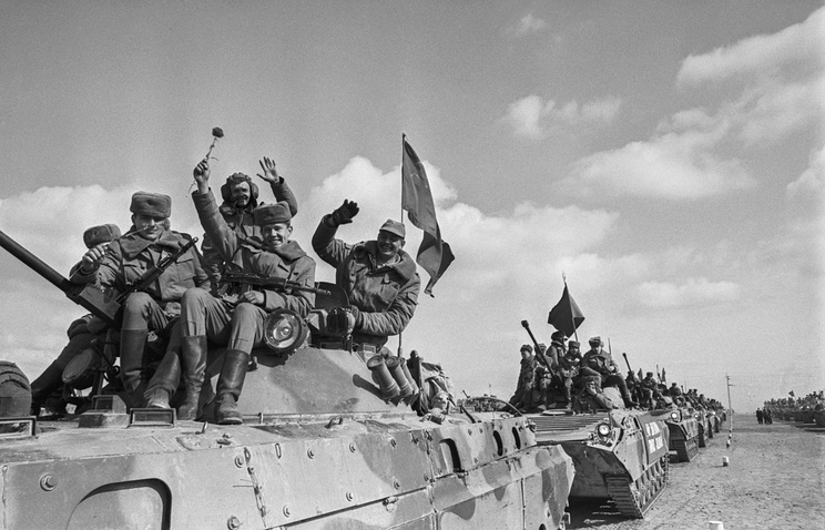 Soviet troops coming back from Afghanistan