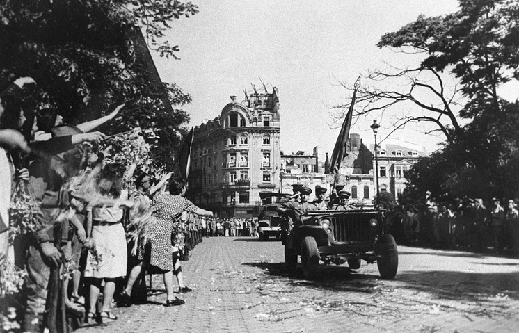 People in Sofia greeting Soviet soldiers, 1944