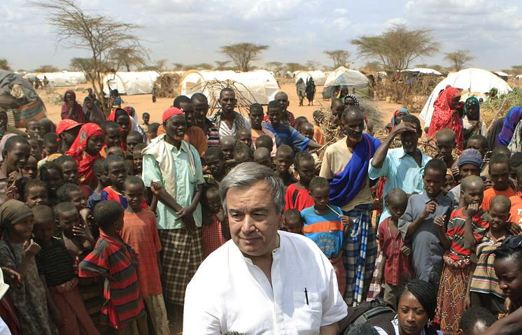 Antonio Guterres surrounded by Somali refugees in Kenya