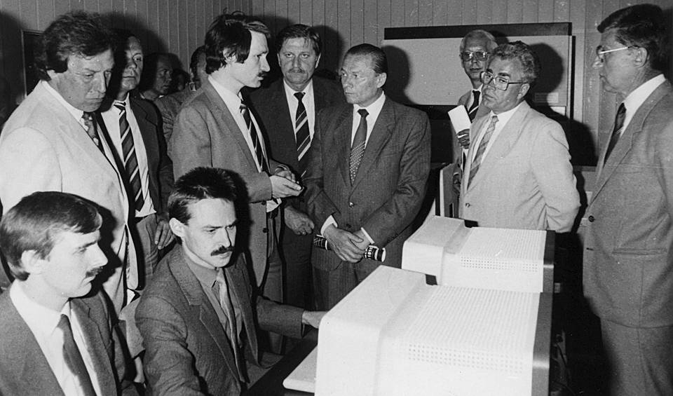 With employees of the Institute of management problems of the USSR Academy of Sciences during the demonstration of network software to Czech customers, Prague, 1987 Personal archive of Leonid Boguslavsky
