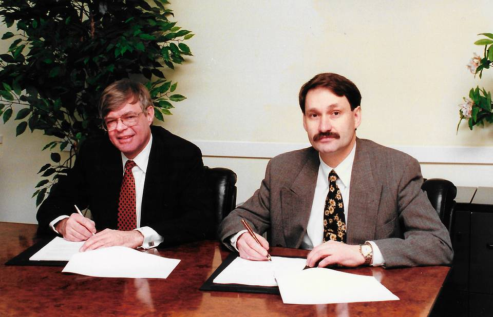 With PriceWaterhouse CEO Scott Hartz during the deal to buy LVS company in Moscow, 1996 Personal archive of Leonid Boguslavsky